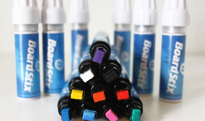 サーフボードに塗装、きれいに仕上げるためのペン。