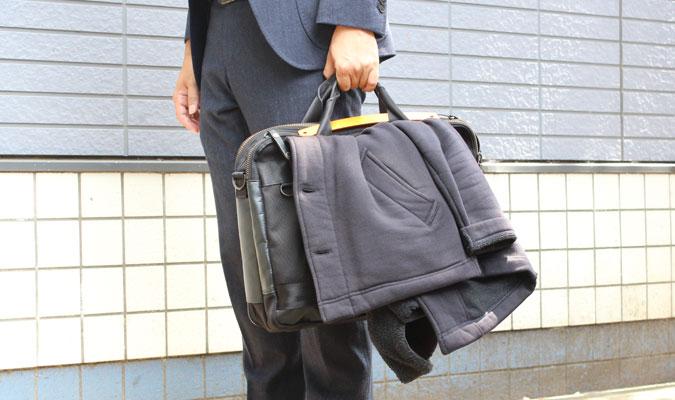 薄手のコートがバッグにかけられる!