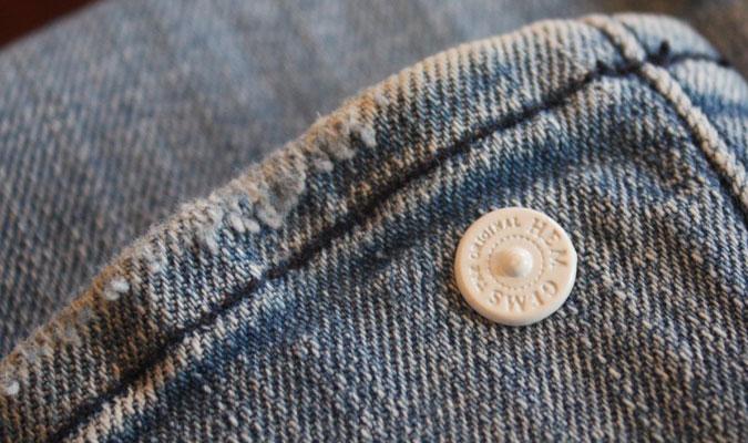 ヘムジェムはワンタッチで裾の長さが調整できる便利なピンです。
