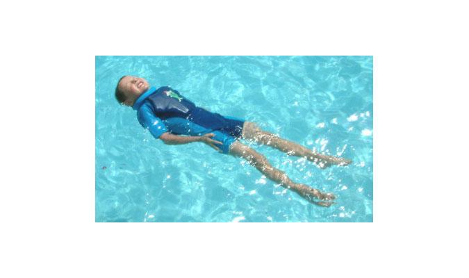 キッズ用水着なら泳ぎをサポートしてくれるスイムセーフがおすすめ。