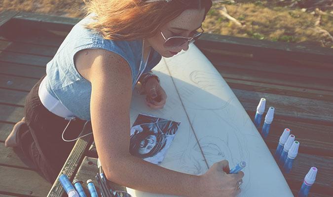 サーフボードへのペイントのやり方、ペイントペンを使う方法をご紹介しています。