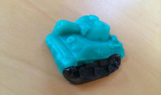 粘土のように形が作れる不思議なプラスチックで作った戦車。