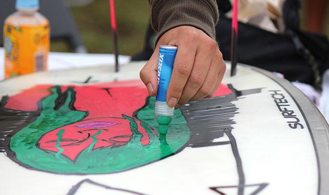 サーフボードに絵を描く方法