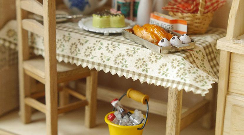 人気のダイニングチェア、椅子が机にかけられてテーブル下を掃除しやすい「フローティア」がおすすめ。