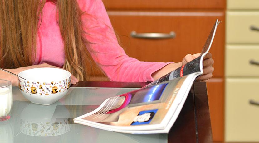 新聞や雑誌をテーブル下に吊り下げておけるマガジンラック、読みたいときに直ぐに手が届きます。