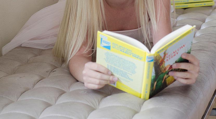 寝る前の読書で楽な姿勢がとれる枕、うつ伏せや横向きで寝ながら本が読めます。