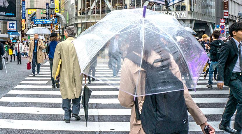 座れる傘、傘が椅子にもなります。