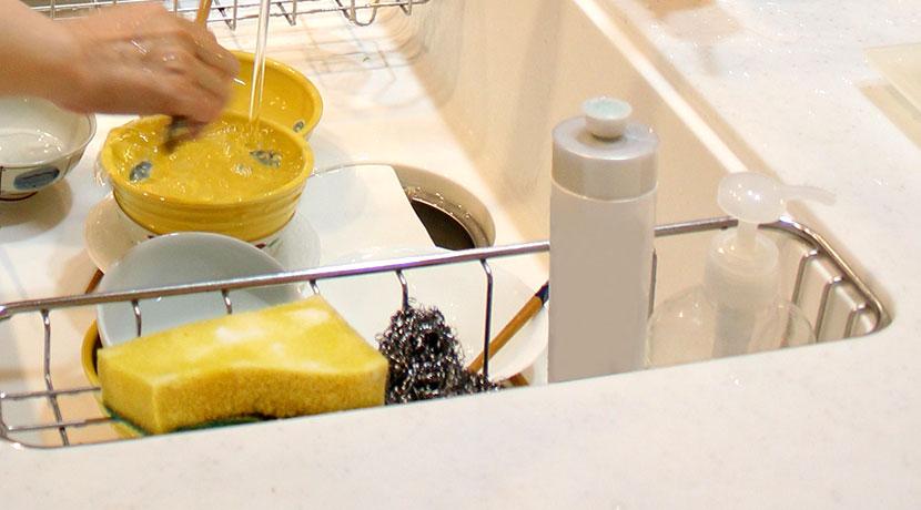 台所用スポンジ、これなら洗剤のボトルが邪魔にならず、食器洗いもスムーズに。