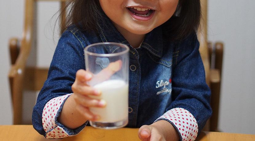 牛乳パック用を持ちやすくするハンドル、子供達でも牛乳パックが楽々持てるようになります。
