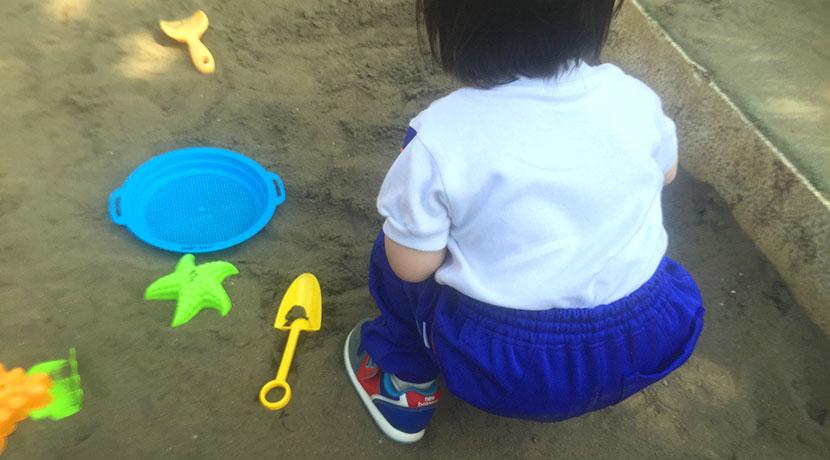 家の中で砂遊びができる砂、子ども用で汚れないので室内で砂で遊べます。