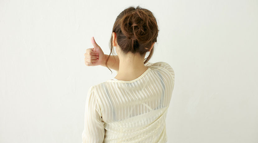 一人で背中に湿布を貼るための便利なグッズ。