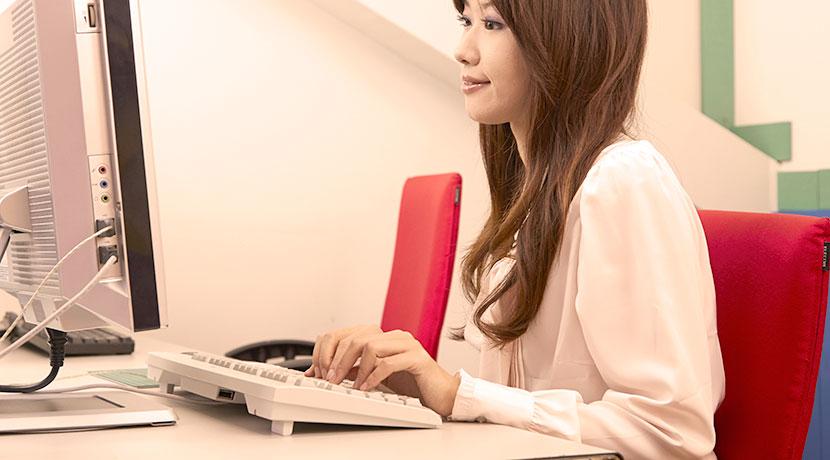 オフィスの防寒対策に最適、デスクの引出し裏に取り付けられるパネルヒーター。