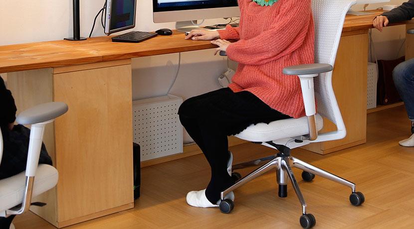 デスクトップパソコンにキャスターが付けられるスタンド。
