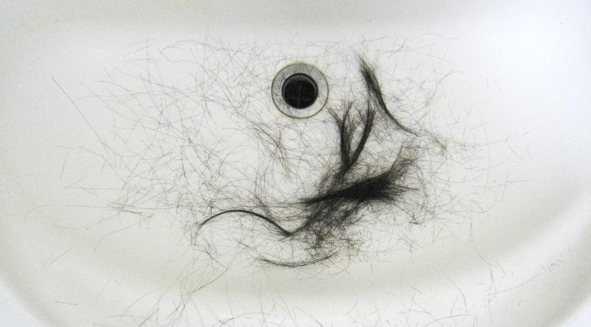 バリカンと掃除機をつなげる吸引散髪機、髪の毛が飛び散らず使った後の片付けが楽になります。
