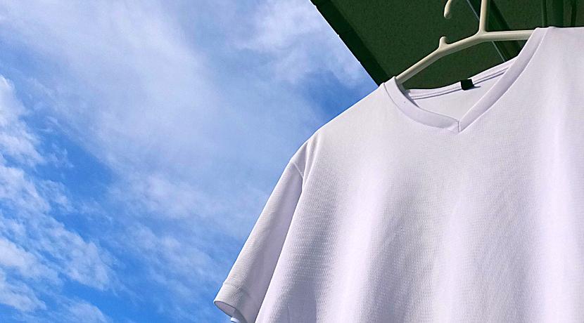 伸縮できるハンガー、首回りを伸ばさずにがシャツを掛けられます。