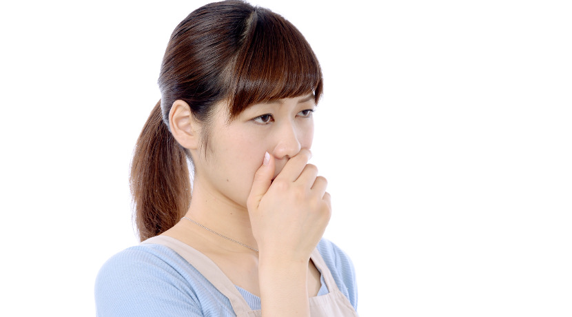 マスクが臭いを通さない、消臭フィルター入りの使い捨てマスク。