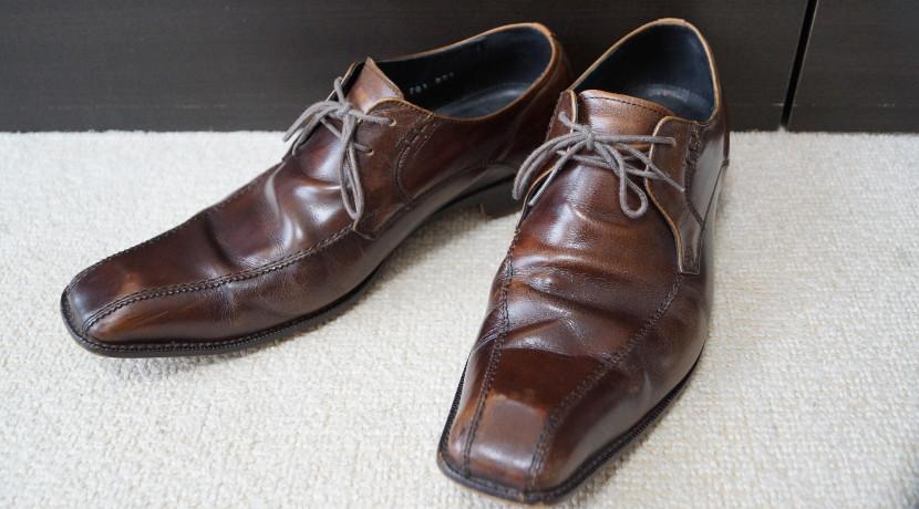 靴磨きが手軽にできる自動の靴磨き機、立ったままで靴が綺麗にできます。