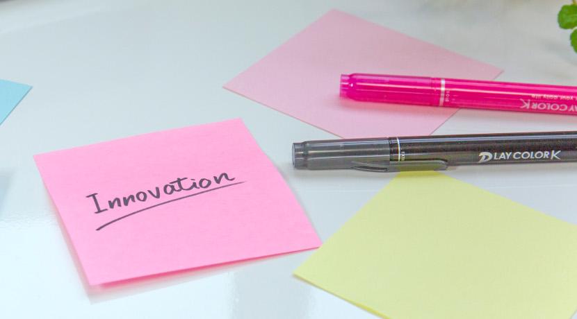 静電気で紙を貼るボード、テープや糊を使う必要がなくなります。