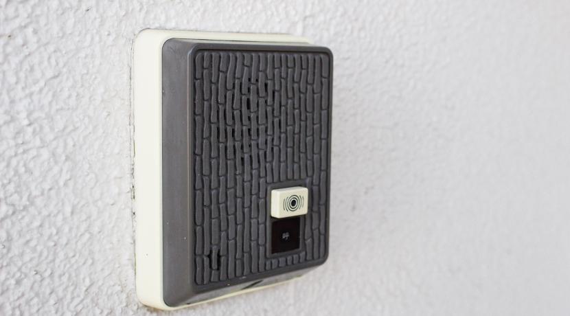 宅配ボックスは袋タイプがおすすめ、折りたたんで玄関に吊り下げておけます。