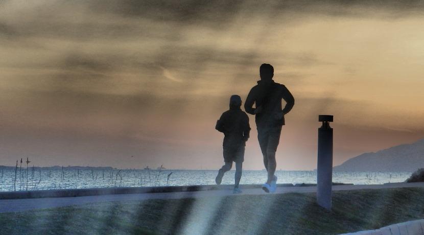 光るポーチで、夜のランニングの安全対策を。