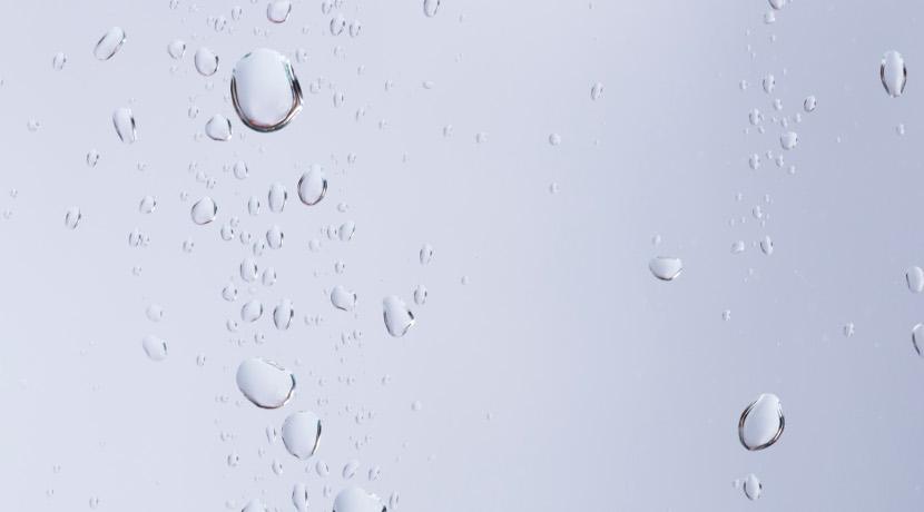 スポンジ付きのワイパー、高い場所の水滴も拭き取れます。