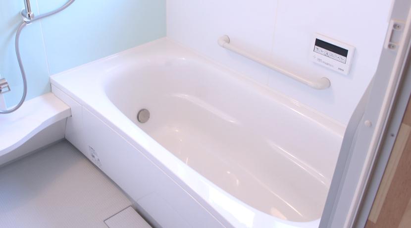 お風呂場に鏡がマグネットで貼れる!鏡を後づけしたいときに便利です。