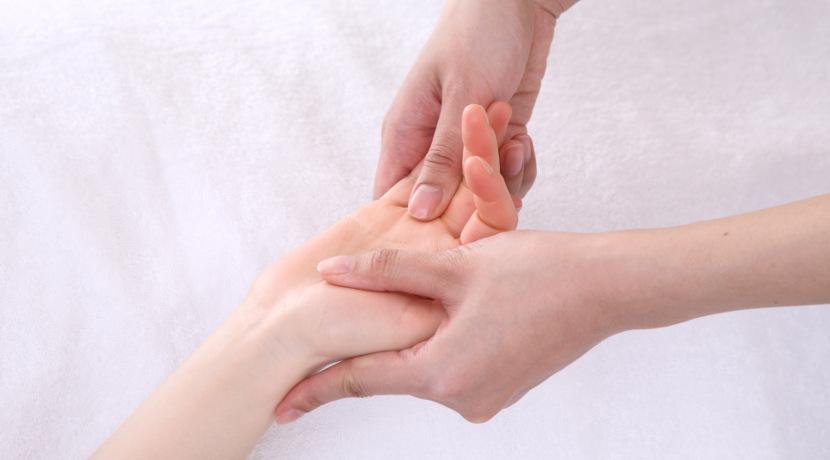 指の血行を良くするマッサージ機がおすすめ!手全体を包んで優しくほぐしてくれます。