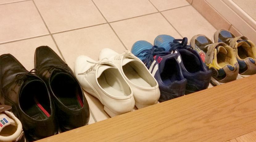 玄関用の靴置きマット。濡れた靴を吸水できるタイプがおすすめ。