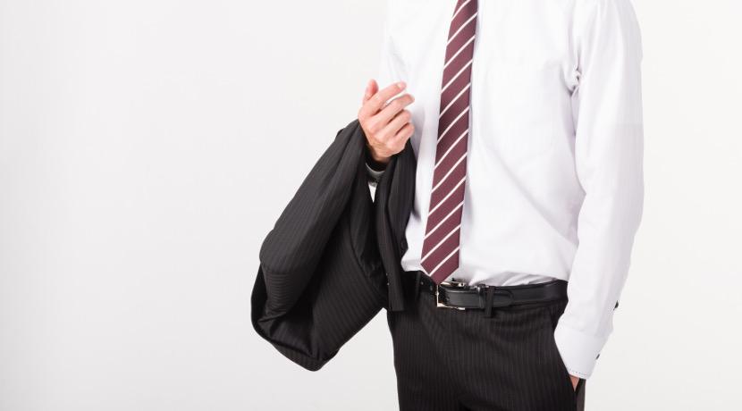 椅子にスーツを掛けるための便利なグッズ!スーツがシワにならずに掛けられます。