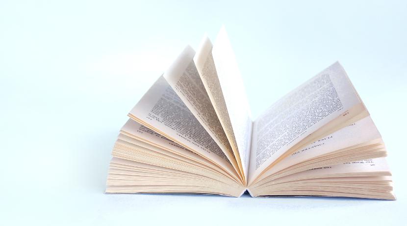 仰向け用の読書スタンド、仰向けで本を読むための便利な道具。