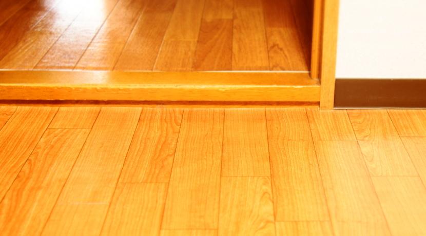 家庭用の段差解消スロープ、貼り付けるだけで簡単に取り付けられます。