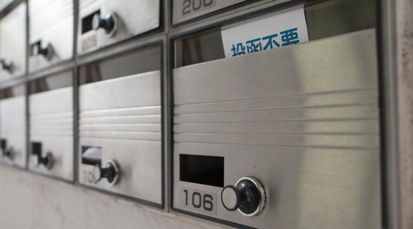 ゴミ箱に乗せて使うシュレッダー、サイズも小さいので家庭用シュレッダーにおすすめです。