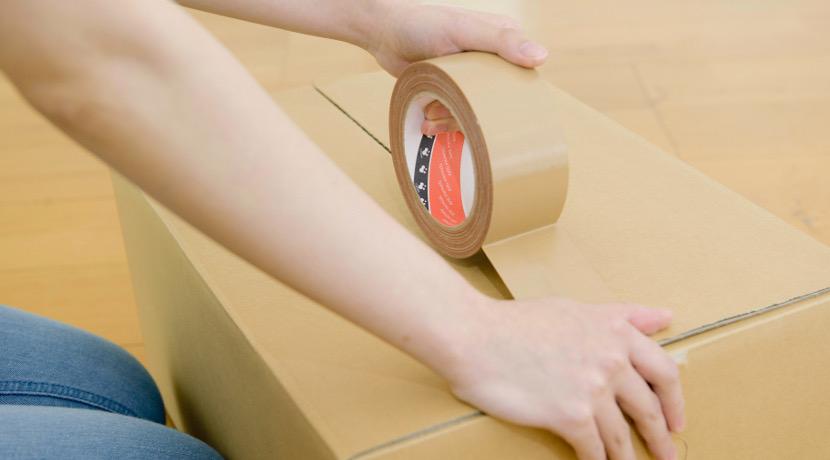 段ボールのフタを閉じるグッズ、ガムテープを使う必要がなくなります。