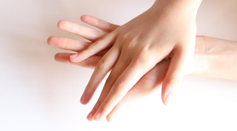 スマホ操作ができる穴あき手袋、指の出し入れもできるので作業用の手袋としておすすめです。