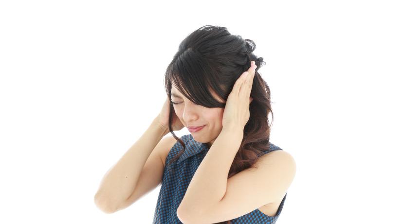 騒音だけが聞こえない耳栓、人の声は聞き取れるので仕事中でも装着できます。