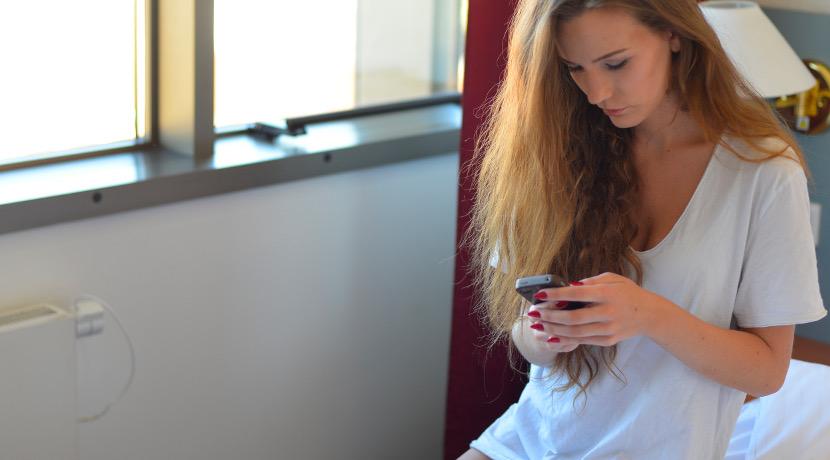 離れた家族の見守りができる目覚まし時計、スマホのアプリに目覚まし時計が操作されたことが通知されます。