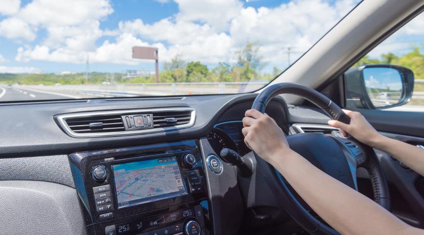 車を運転中の電話、スマホを持たなくても、イヤホンを使わなくても通話ができる便利なグッズ。